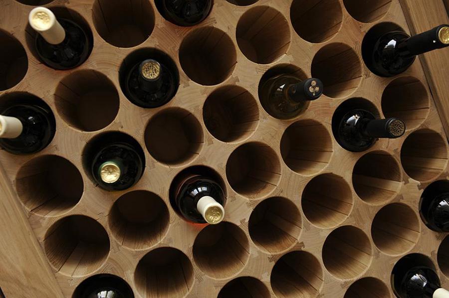 Изготовление деревянных винных и шкафов витрин на заказ